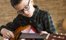 boy with glasses playing guitar, Niño con lentes tocando la guitarra